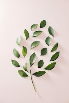 Lâmpada com folhas verdes