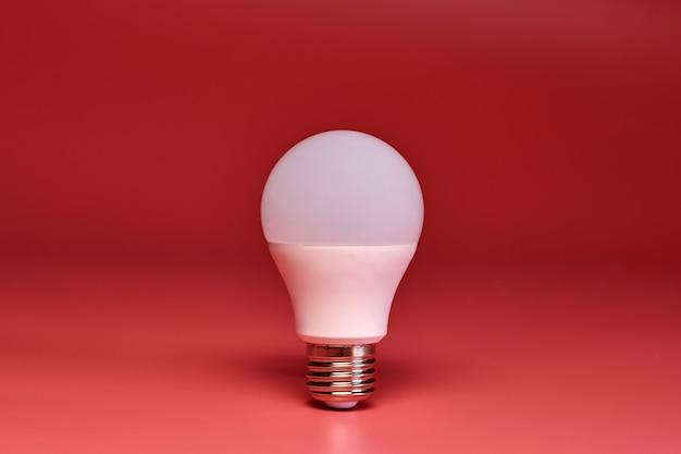 Lâmpada, cópia espaço. conceito mínimo de poupança de energia da ideia. fundo cor-de-rosa.