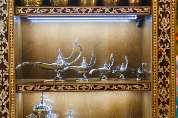Lâmpada de aladim na prateleira. fundo de ramadã. ramadan kareem.