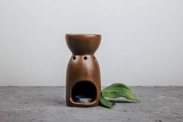 Lâmpada de aroma em um fundo de concreto