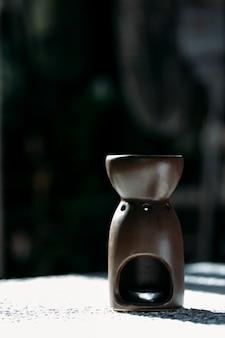 Lâmpada de aroma em um fundo escuro