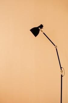 Lâmpada de assoalho elegante no apartamento