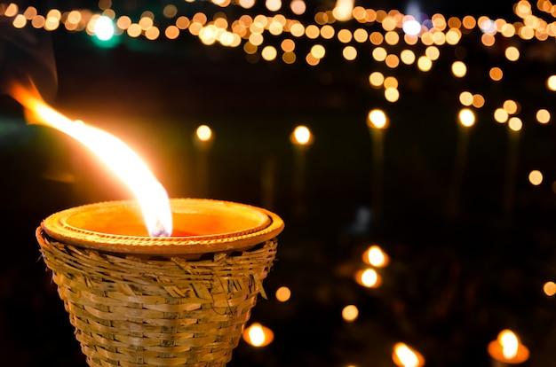 Lâmpada de bambu antiga à noite