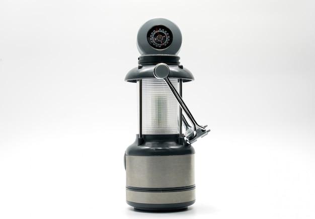 Lâmpada de campismo com design preto, branco e cinza, isolado no fundo branco, bússola, alça