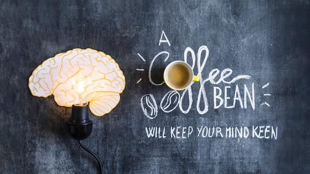 Lâmpada de cérebro iluminado com texto na lousa