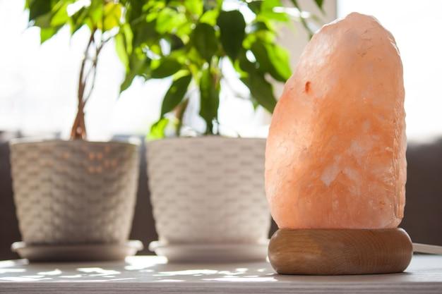 Lâmpada de cristais de sal rosa do himalaia em casa. conceito de saúde e calma.