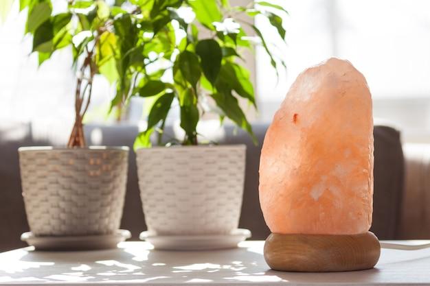 Lâmpada de cristais de sal rosa do himalaia em casa