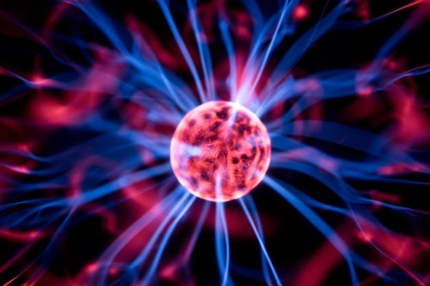Lâmpada de decoração em forma de bola de plasma com eletrodos vermelhos e azuis, close-up