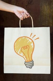 Lâmpada de desenho em um saco de papel