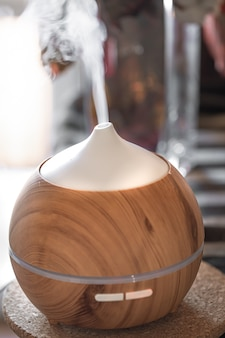 Lâmpada de difusor de óleo de aroma em uma mesa. conceito de aromaterapia e saúde.