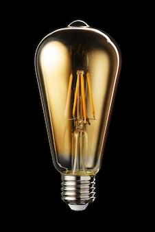 Lâmpada de filamento led transparente edison clássica isolada em fundo preto