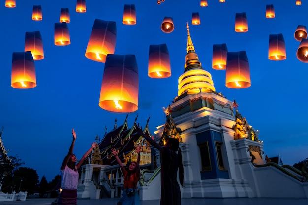 Lâmpada de flutuação dos povos tailandeses no festival de yee peng em chiang mai, tailândia.