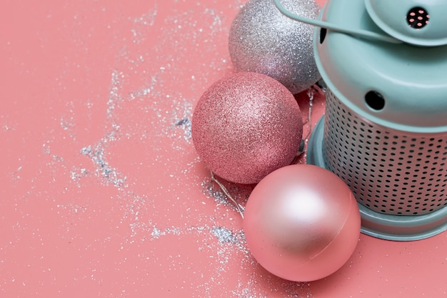 Lâmpada de hortelã e bolas cor de rosa
