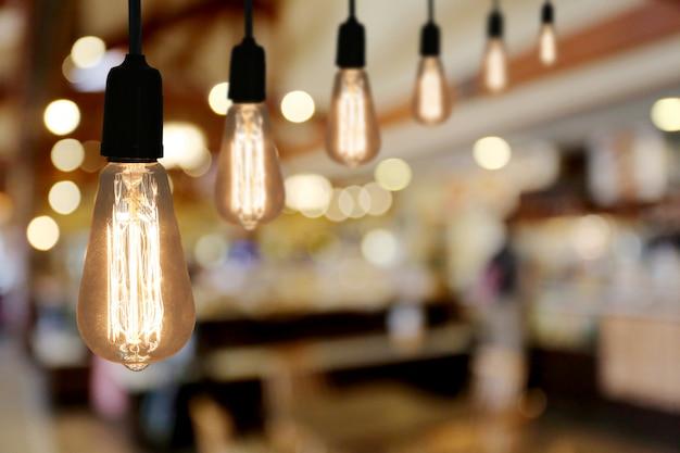 Lâmpada de iluminação vintage no café do restaurante.