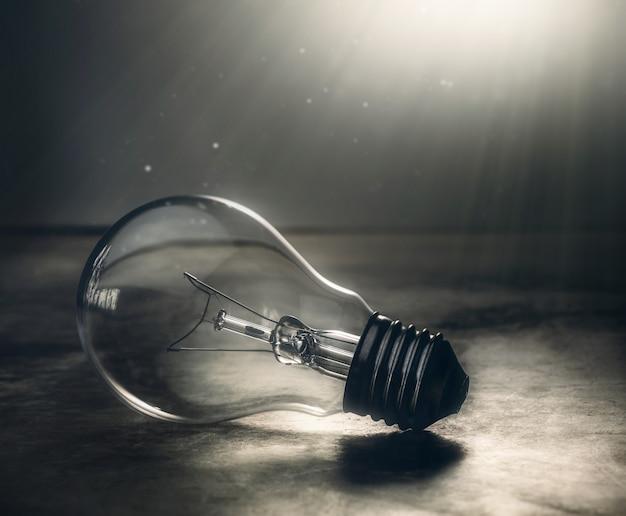 Lâmpada de lâmpada de tom escuro no conceito dramático de chão