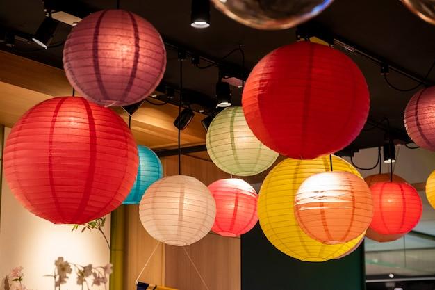 Lâmpada de lanterna colorida no café