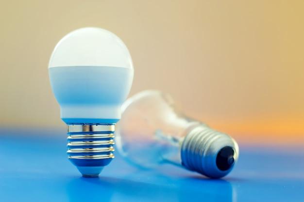 Lâmpada de led colocada ao lado de lâmpada incandescente