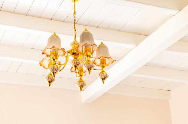 Lâmpada de lustre de luxo no teto.
