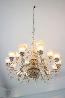 Lâmpada de lustre vintage no quarto escuro
