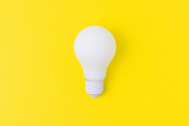 Lâmpada de luz branca em fundo amarelo