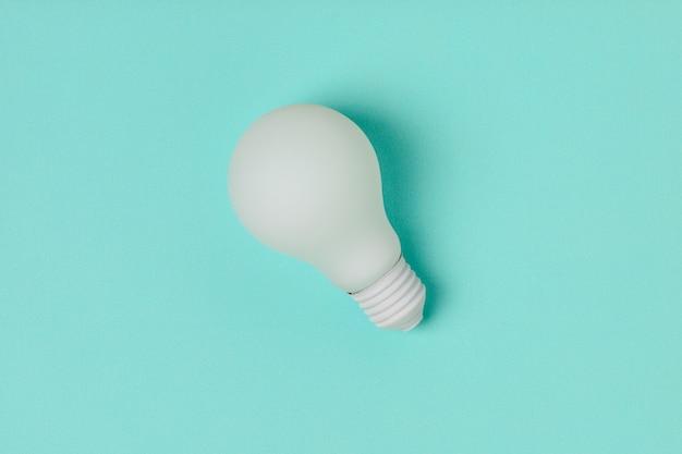 Lâmpada de luz branca em fundo azul