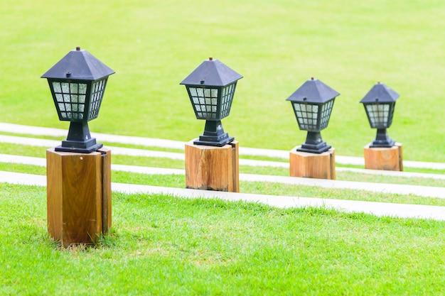 Lâmpada de luz com vista para o jardim ao ar livre