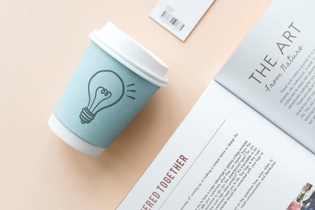 Lâmpada de luz desenhada em um copo de papel