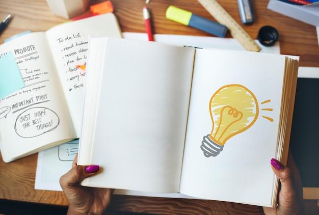 Lâmpada de luz desenhada em um notebook