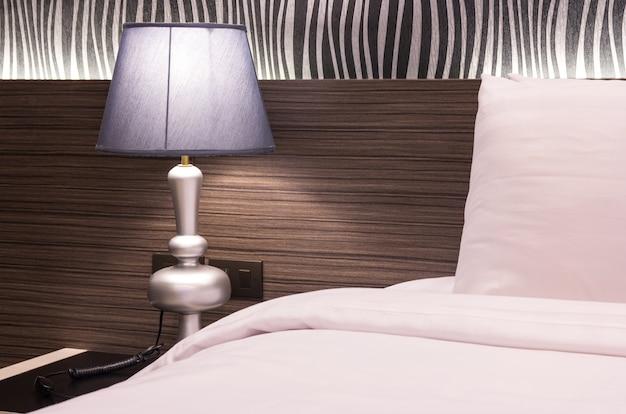 Lâmpada de mesa no quarto