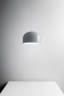 Lâmpada de metal sobre a mesa closeup extrema. renderização 3d