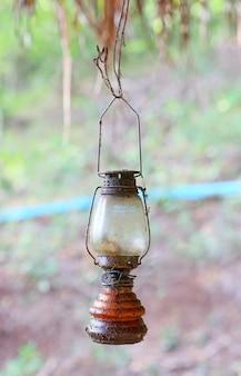 Lâmpada de óleo no quintal