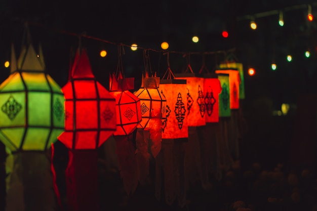 Lâmpada de papel colorida estilo tailandês tradicional chamada yee peng lantern ou yi peng