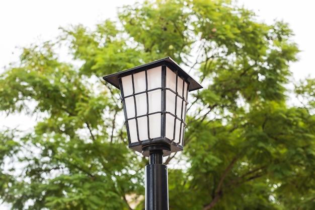 Lâmpada de rua ao ar livre. poste à moda antiga