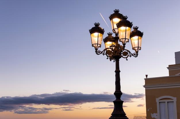 Lâmpada de rua ao pôr do sol