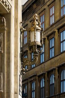 Lâmpada de rua decorativa em um prédio antigo