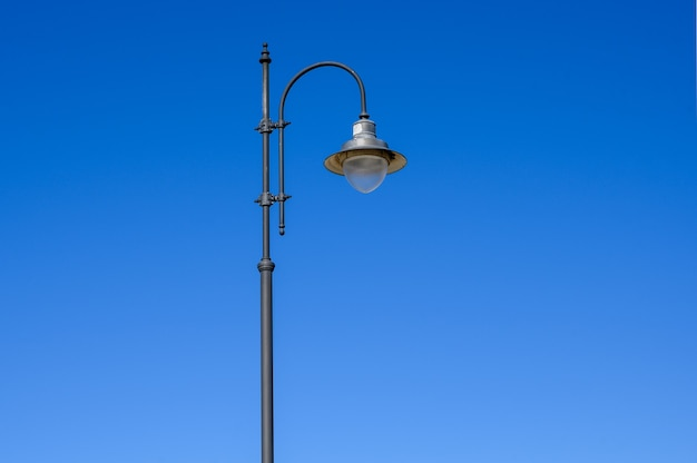 Lâmpada de rua no céu azul. copie o espaço