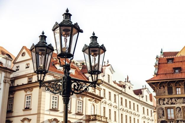 Lâmpada de rua tradicional em uma rua na cidade velha staromestska namesti de praga, república tcheca