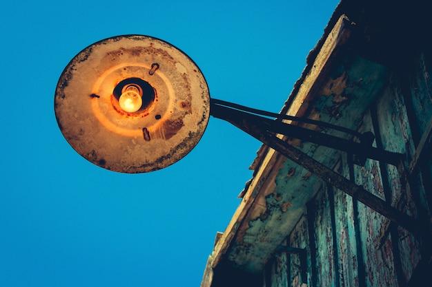 Lâmpada de rua velha no telhado.
