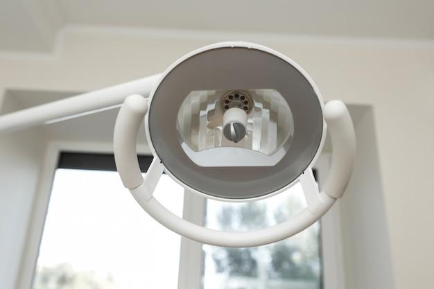 Lâmpada dental no espaço de trabalho dental.