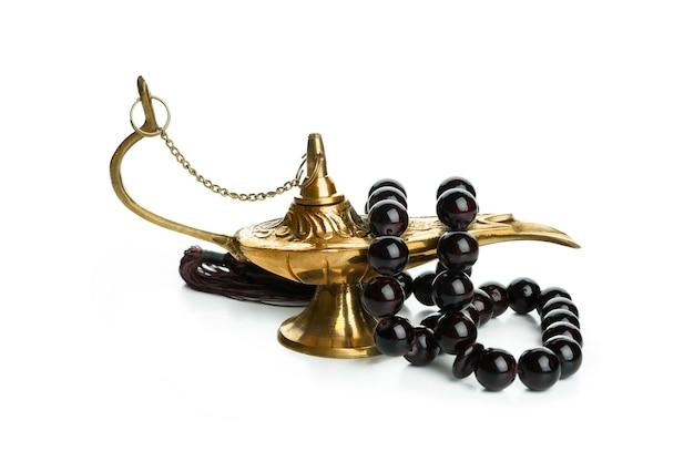 Lâmpada do ramadã com contas de oração isoladas na superfície branca