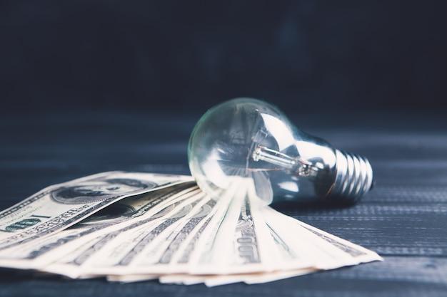 Lâmpada e dinheiro na mesa