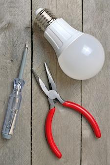 Lâmpada e ferramenta elétrica