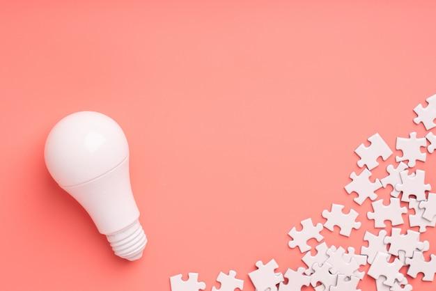 Lâmpada e lâmpada para o conceito de negócio criativo e liderança