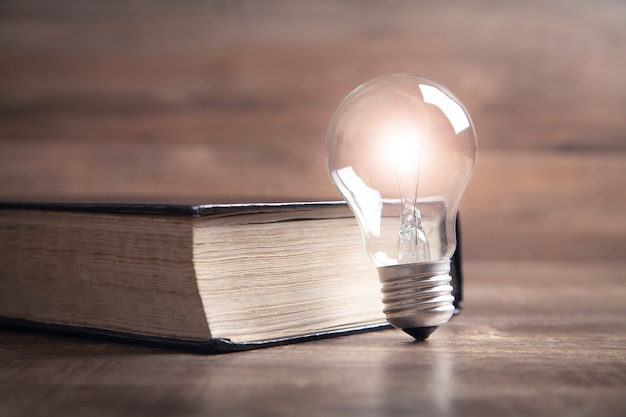 Lâmpada e livro. conhecimento e sabedoria
