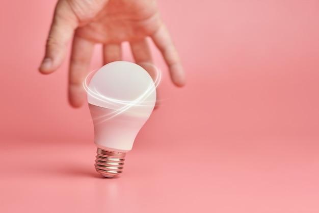 Lâmpada e mão como símbolo de novas ideias