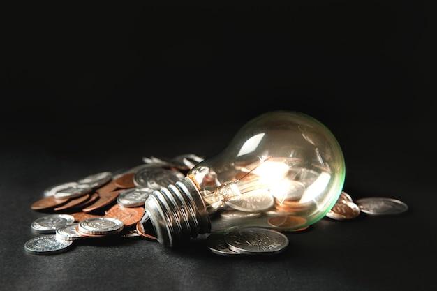 Lâmpada e moedas na mesa