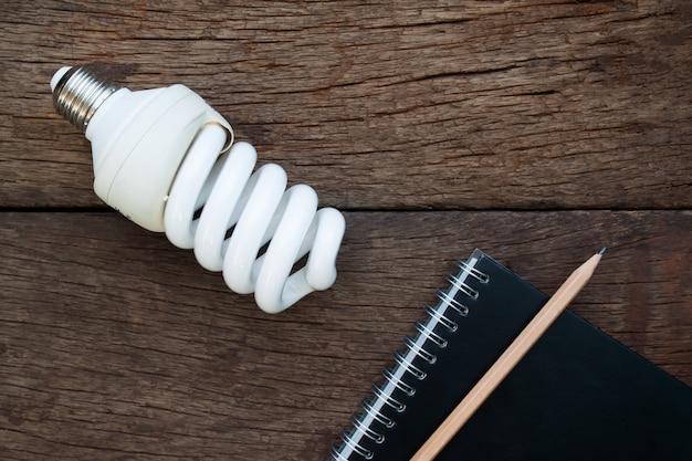 Lâmpada e notebook em fundo de madeira rústica