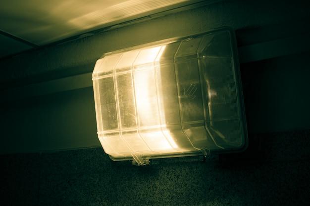 Lâmpada elétrica na passagem subterrânea.