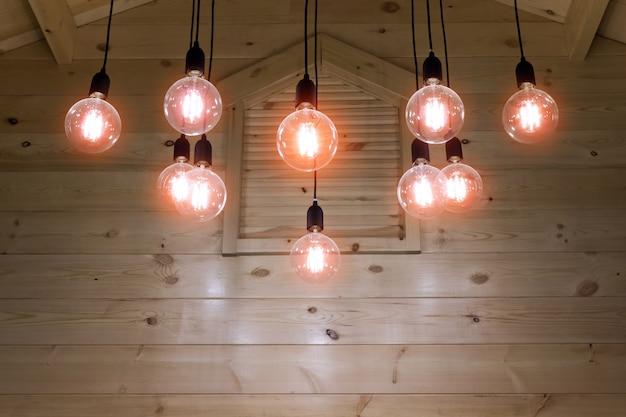 Lâmpada elétrica sob o teto de madeira