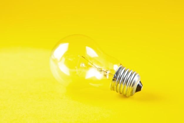 Lâmpada em cena amarela